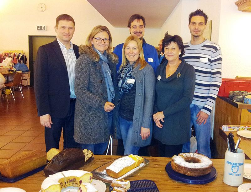 Bild (vlnr) Dr. Tobias Windhorst, Angelika Tönshoff, Petra Wiedenmannott, Astrid Morgen, sowie hinten die Kuchenverkäufer Christoph und Dominik Joachimbauer